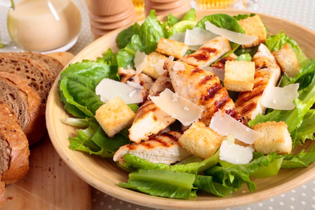 Frisse salade met kaas, kip, champignons en Comvita Appelazijn met Manukahoning
